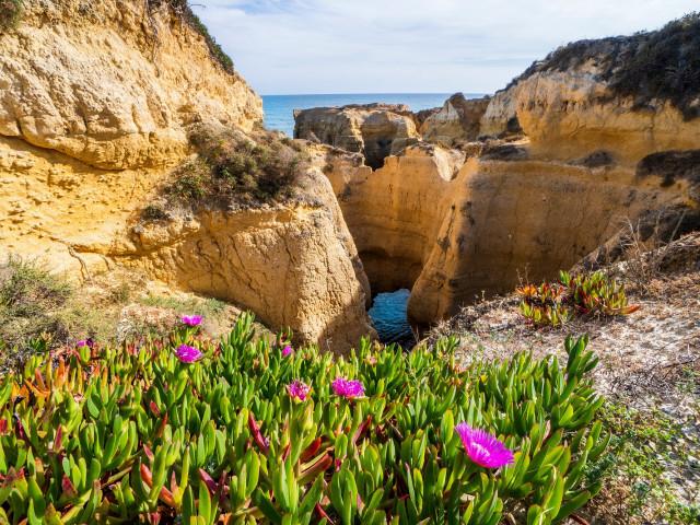 Fly & drive door <b>de Algarve</b> en verblijf in een 4*-hotel incl. huurauto